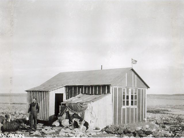 Hytta ved Laksvatnet. Foto: Norsk Polarinstitutt