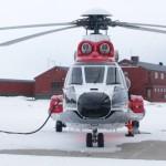 Det er tanking som teller - nødvendig oppfylling av helifuel. Blankt og fint helikopter, forresten.