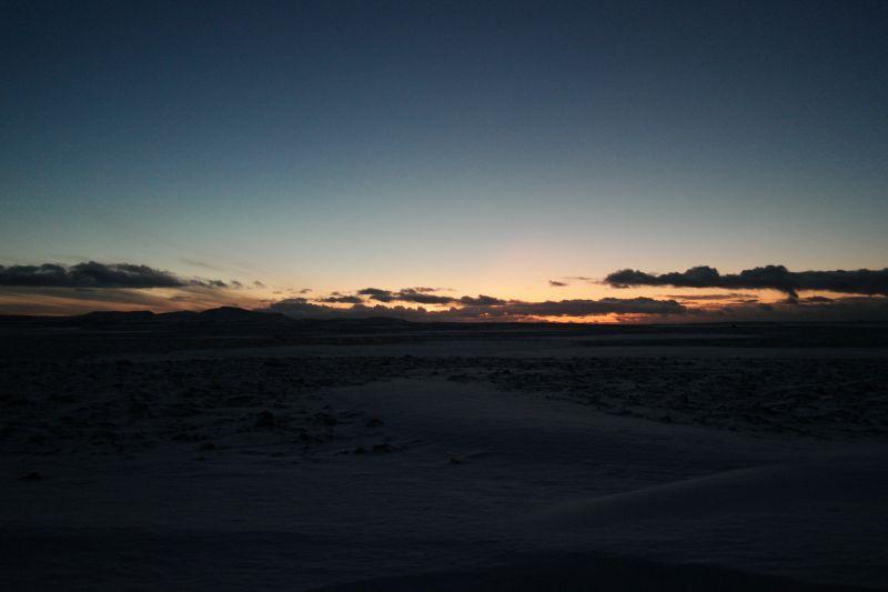 Oswaldfjella i silhuett foran sollyset under horisonten. Foto: BOF