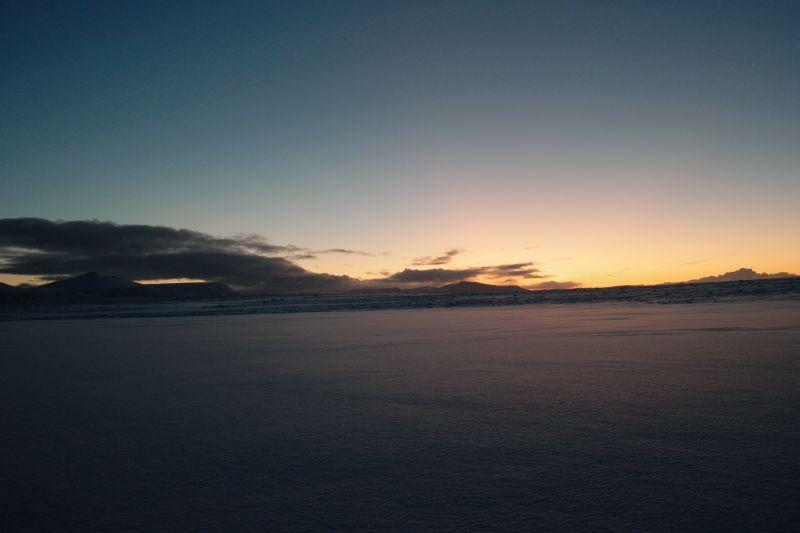 Ikke så lenge til at sola titter over Oswaldfjella nå. Foto: BOF