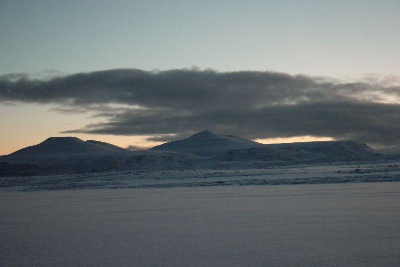 Litt skyer rundt toppen av øyas høyeste fjell, Urd. Foto: BOF