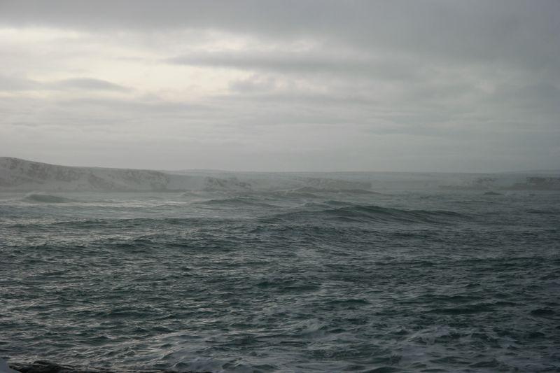 Store bølger inn over Nordhavna. Foto: BOF