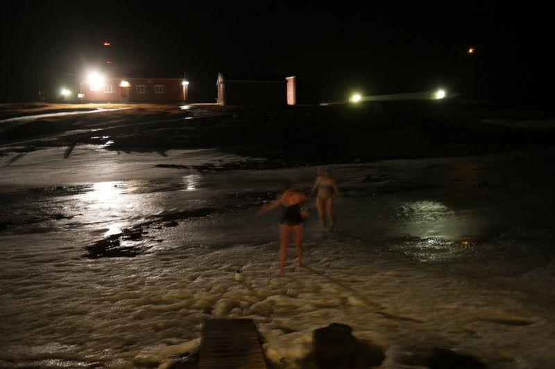 Kari og Ragnhild på vei opp fra bading i smeltevannet i den islagte elva.