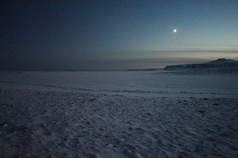 Laksvatnet med nymånen og Skuld i bakgrunnen. Foto: BOF
