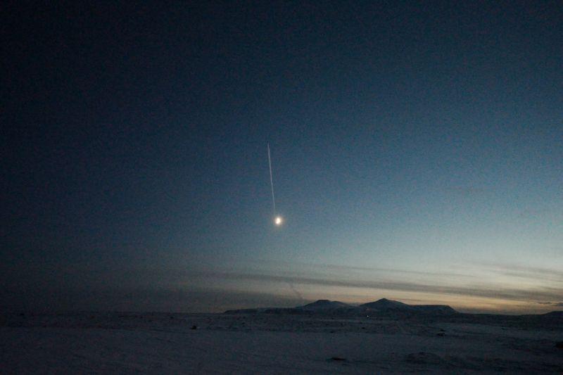 Fly nr 2 flyr over Bjørnøya 5 minutter etter nr 1. Ser ut som at det har vært innom nymånen en tur også på ferden til Longyearbyen. Foto: BOF