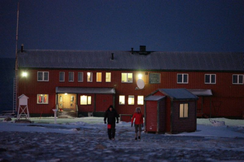 Kari og Oddvar ut på tur fra stasjonen. Foto: BOF