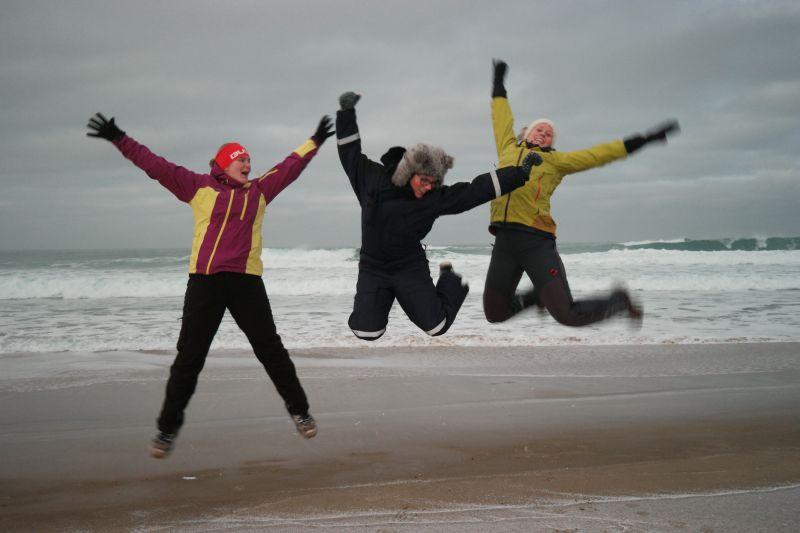 Damene på øya er så glade for tida at det tok bølgen på Kvalrossfjæra. Foto: BOF