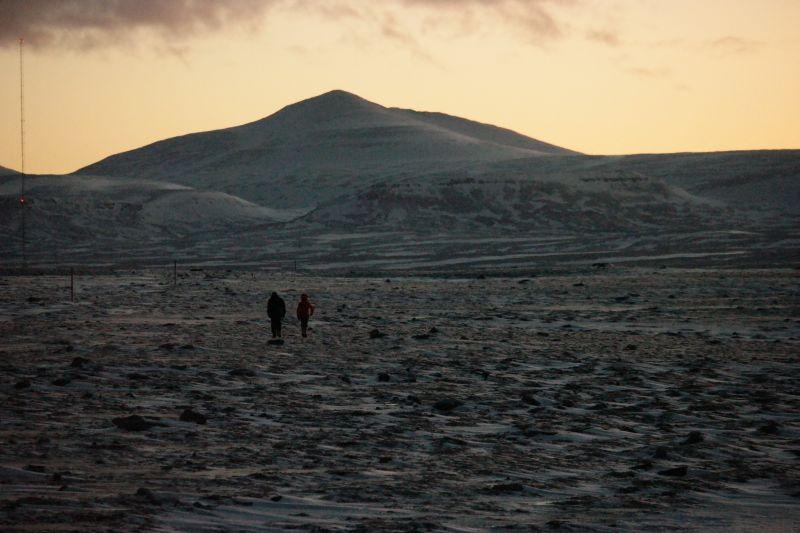 Kari og Oddvar på tur mot midtpunktet. Øyas høyeste fjell, Urd i bakgrunnen.  Foto: BOF