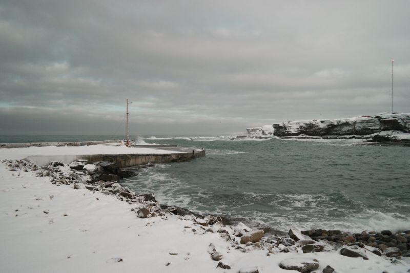 Store bølger inn i havna. Foto: BOF