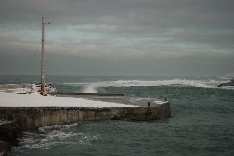Bølgene gryter mot kaikanten. Foto: BOF