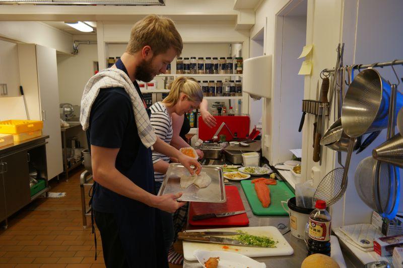 Rune og medhjelperne i full gang med tilberedning av sushi av rå laks, kamskjell og piggvar.