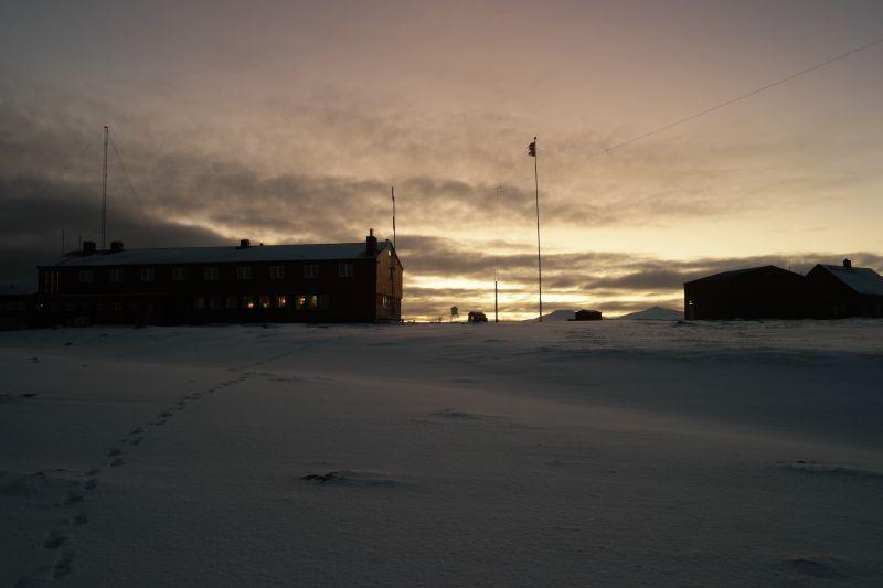 Sola lyser opp himmelen bak skylaget som sperret for utsikten mot sør. Foto: BOF