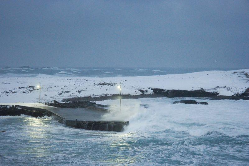 Havna der bølgene er i ferd med å feie over kaia. Foto: BOF