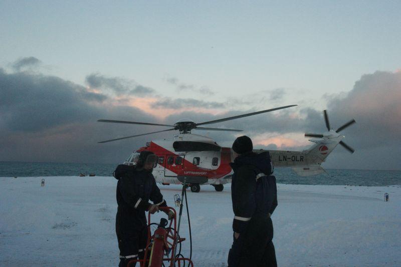 Ted og Oddvar står klar med brannslukningsutstyr i tilfelle.....  Foto: BOF