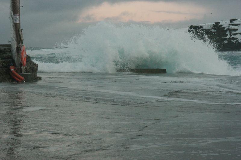 Bølger slår inn over kaia. Bra det ikke er noen som skal i land denne dagen. Foto: BOF
