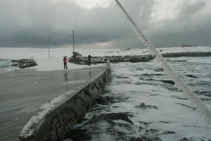 Kari og Oddvar holdt seg på tørt land bak denne islagte bardunen. Sjøsprøyten hadde skapt kunstverket. Foto: BOF