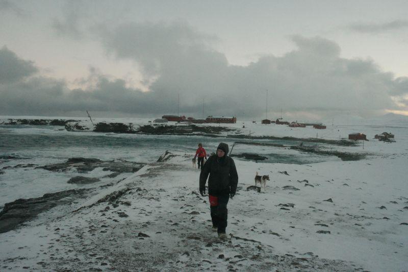 Oddvar og Kari på vei opp på Gravodden med stasjonen i bakgrunnen. Foto: BOF