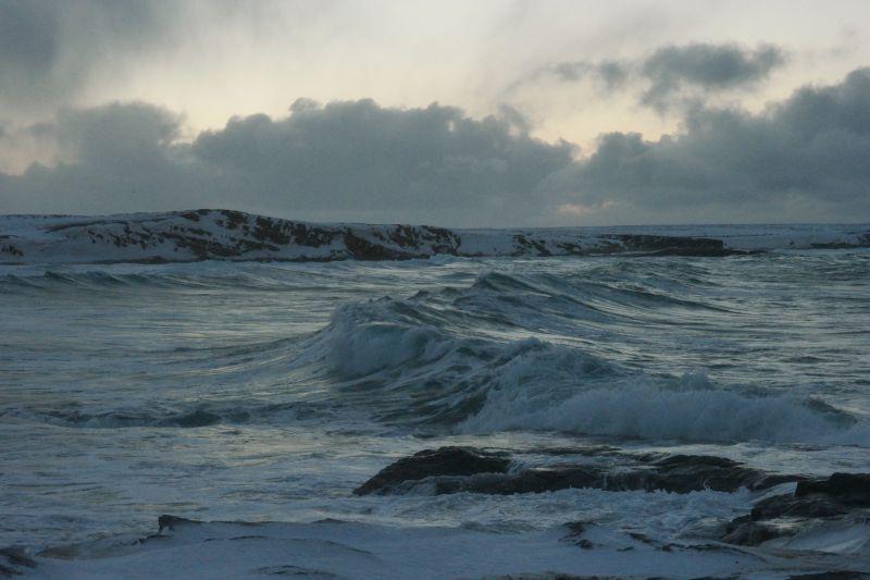 Bølgene rullet inn i bukta ved Nordhavna. Foto: BOF