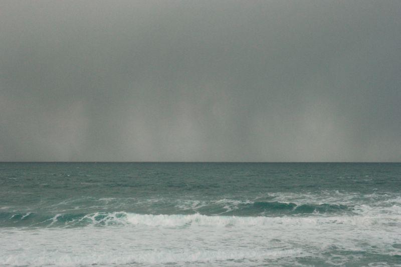 Ute i sjøen nærmet en snøbyge seg raskt. Foto: BOF