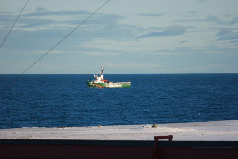 Greenpeacefartøyet Arctic Sunrise ankrer opp utenfor stasjonen. Foto: BOF