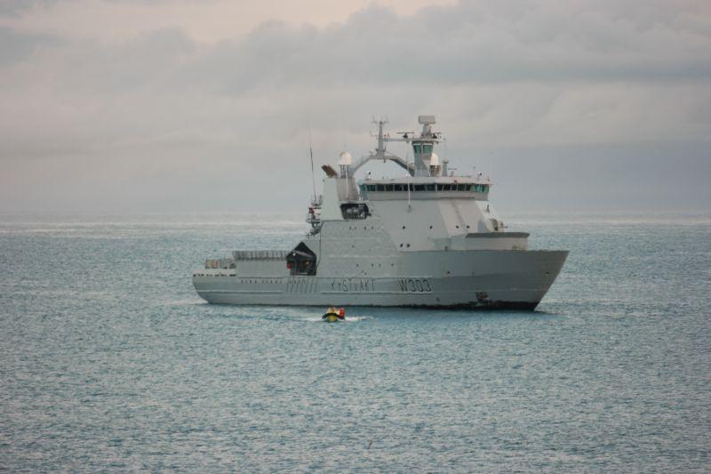KV Svalbard har satt ut sjøbjørn med forsyninger. Foto: BOF