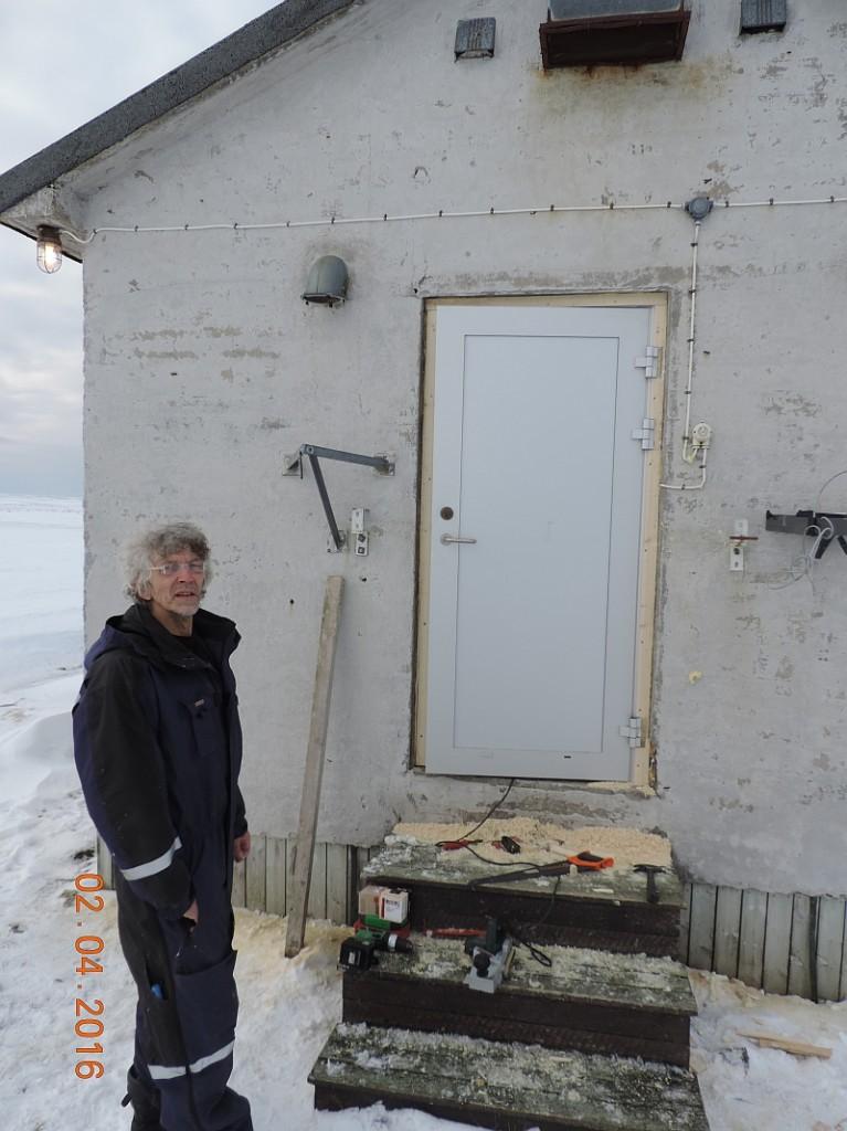 Ted poserer foran prosjektet. Snart ferdig. Foto: Oddvar Telstad.