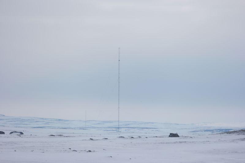 Oddvar på vei opp mot toppen av masta på Midtpunktet. Bildet er tatt fra Kapp Posadowski. Foto: BOF