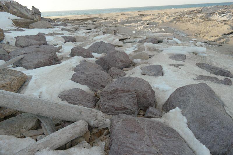 Rett innenfor der Lakselva renner ut, finnes det en ansamling av store, avrundete og lilla steinblokker. Vakker farge. Foto: BOF