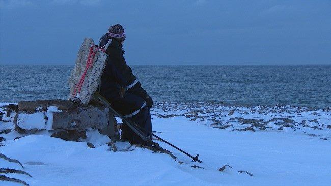 Hans-Olaf Reitås tar en velfortjent pause i steinbæringen. Foto levert av Hans-Olaf Reitås.