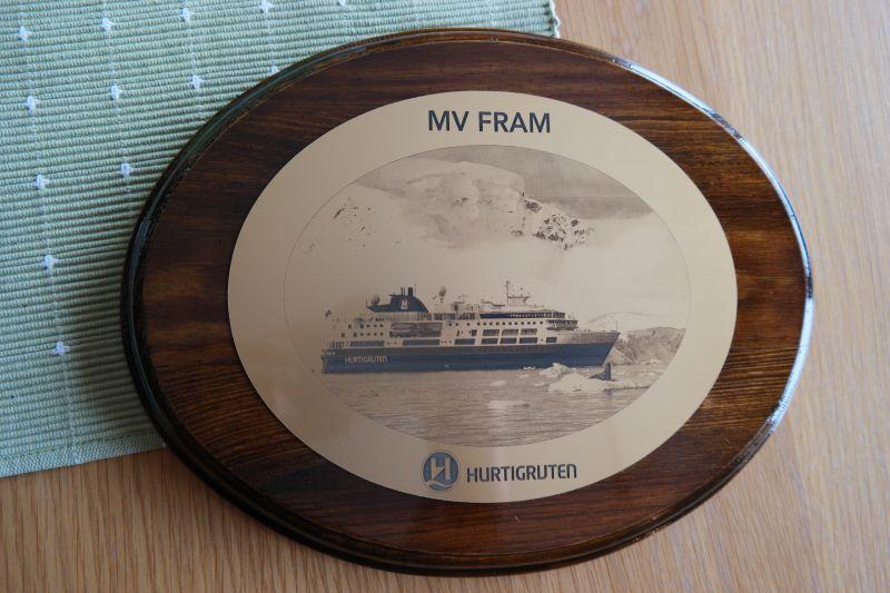Gave fra kapteinen om bord i Fram. Den vil bli å finne i samlingen av andre plaketter gitt av ulike skip som har vært ved øya. Foto: BOF