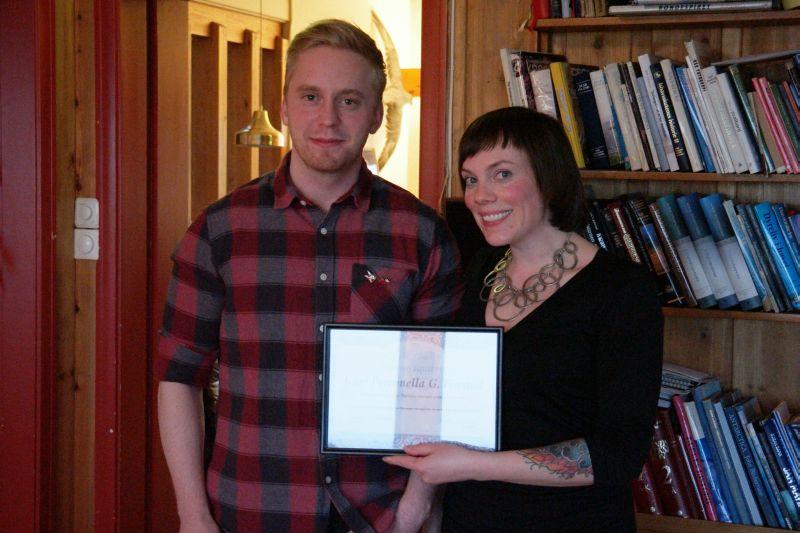 Kari tok hjem seieren i vinterens quiz-turnering og fikk overrakt diplom av quiz-general Adam. Foto: BOF