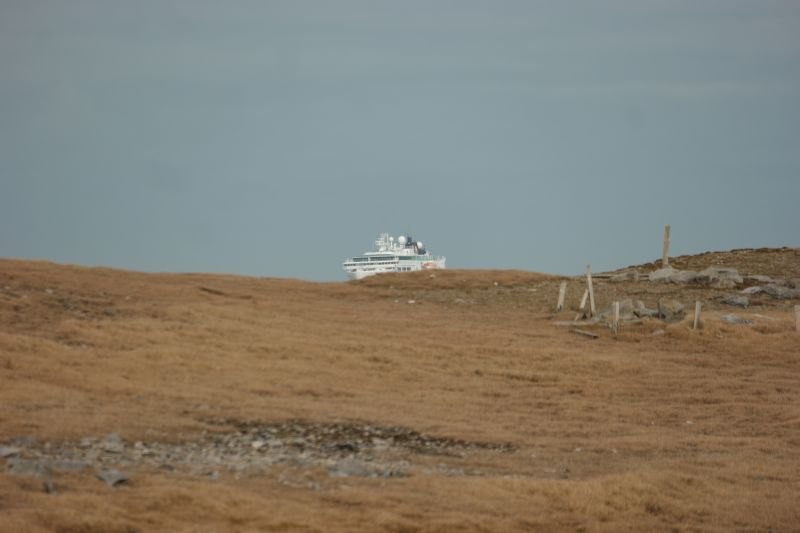 MS Fram seiler inn mot Herwighamna. Foto: BOF