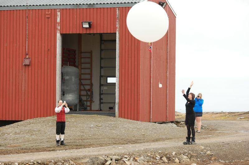 Til og med værballongen fløy sin ferd med det norske nasjonalflagget. Kari sender ballongen mens Raymond og Kristine bivåner det hele. Foto: BOF