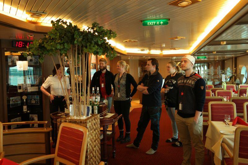 Musti Vårhus til venstre i bildet viser rundt på båten. Rune, Ragnhild, Oddvar, Kristine og Raymond følger interessert med. Foto: BOF