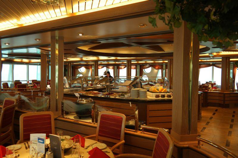 Middagsbuffeten gjøres klar om bord. Foto: BOF