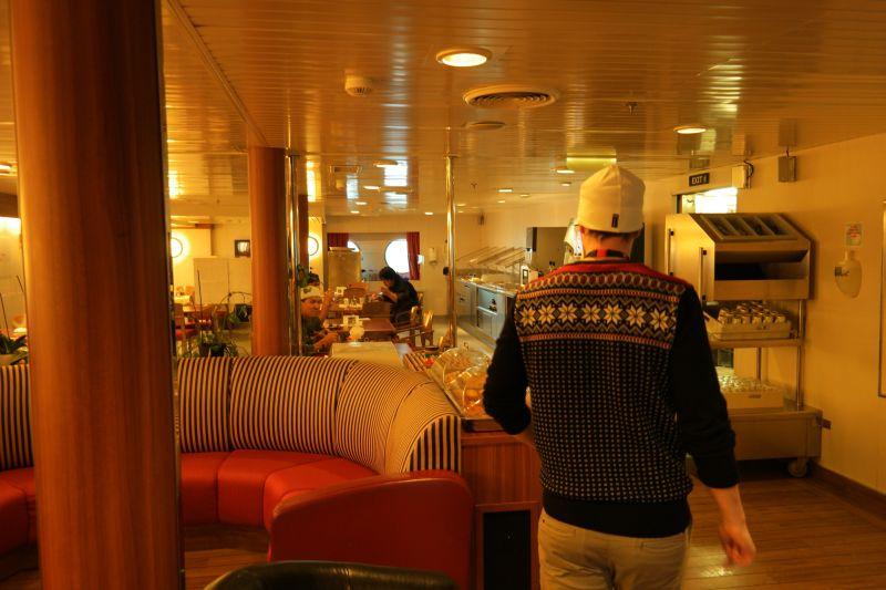 Raymond ser seg om i mannskapsmessa og ble misunnelig på maten de fikk servert der...... Foto: BOF