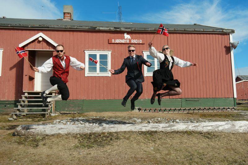 Raymond, Adam og Ragnhild liker å feire 17. mai så godt at de var hoppende glade denne dagen. Foto: BOF