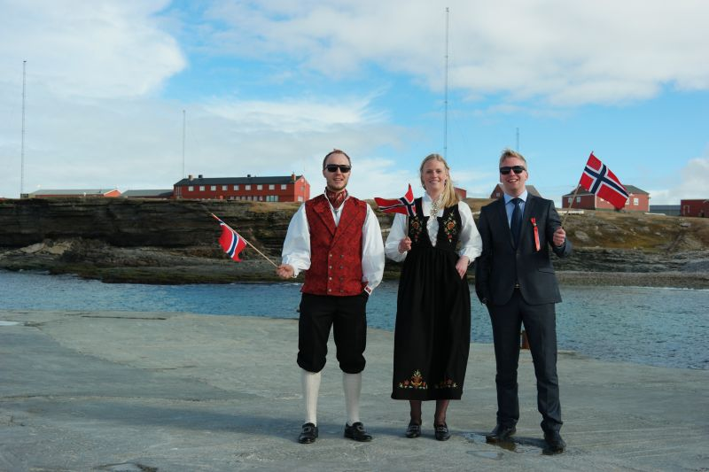 Representanter for øyas pene kledte ungdom på kaia foran stasjonen. Foto: BOF