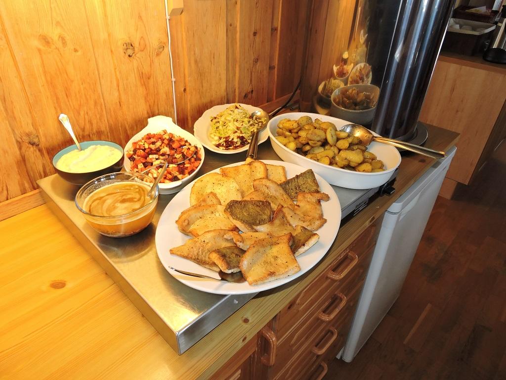 Vidars middagsønske var stekt Piggvar med mye godt tilbehør, – kaka var «Verdens Beste». Formidabelt godt!