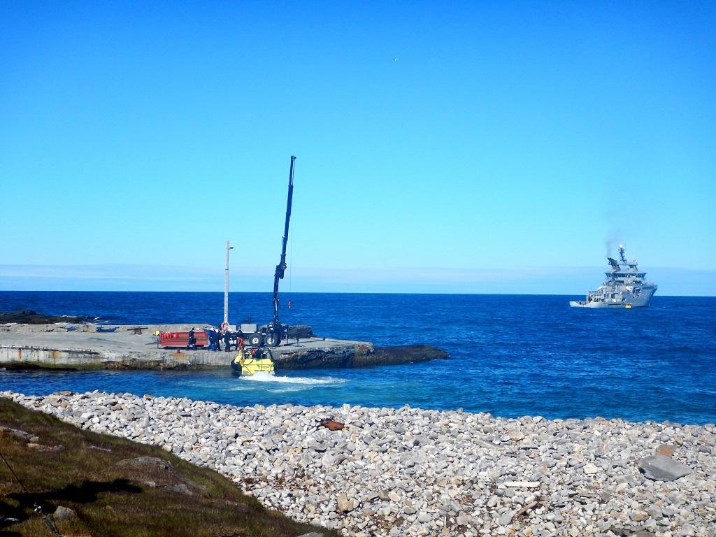 Sommerbåten på plass, personell kommer i land