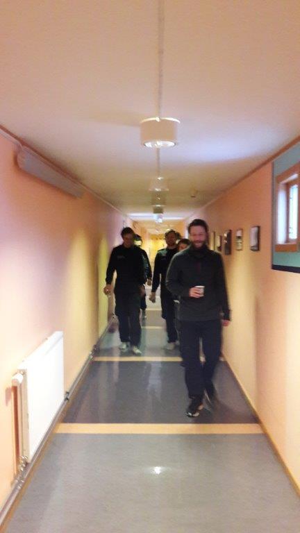 Haakon guider KV Svalbard mannskap på stasjon
