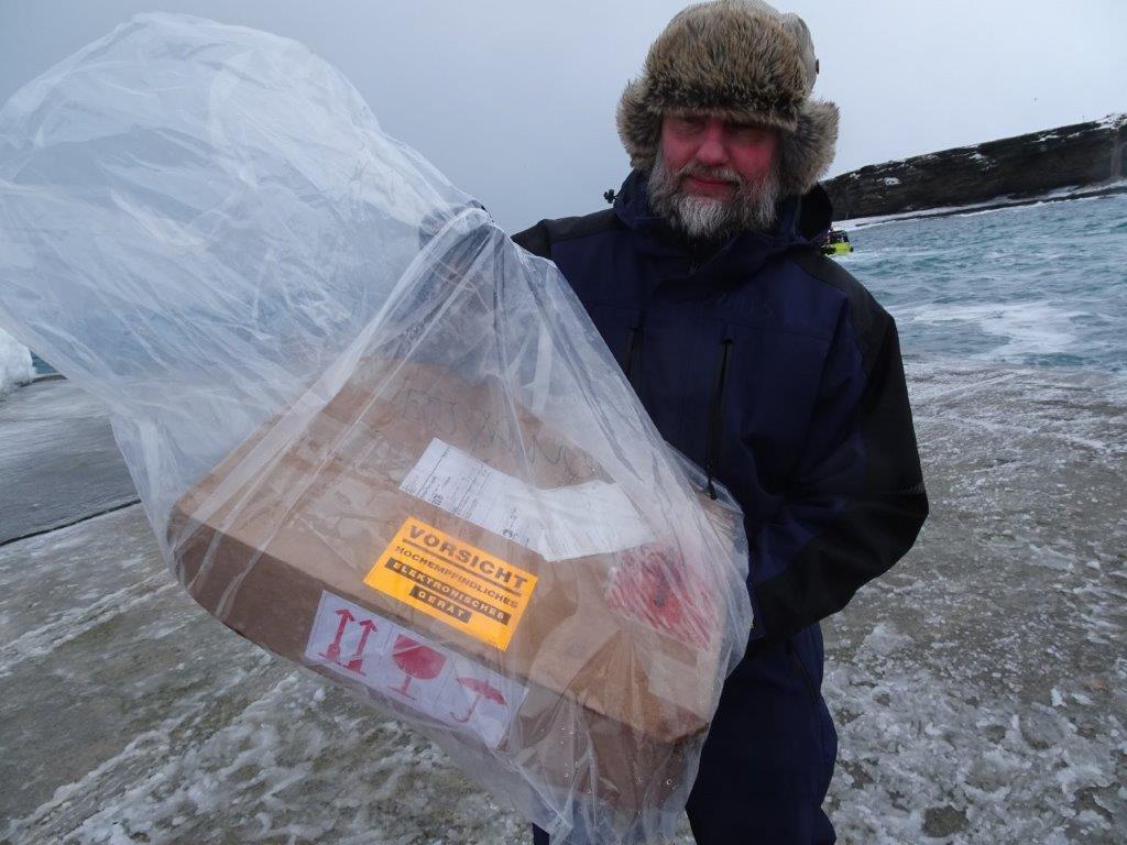 Tekniker Mats mottar ny dyr FM dekoder som heldigvis var tørr inne i pakken.
