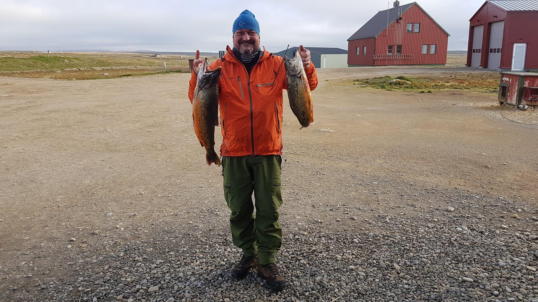 Knut-Einar viser frem litt av dagens fangst