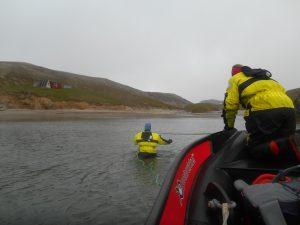 Margrete hoppet uti og dro båten i land