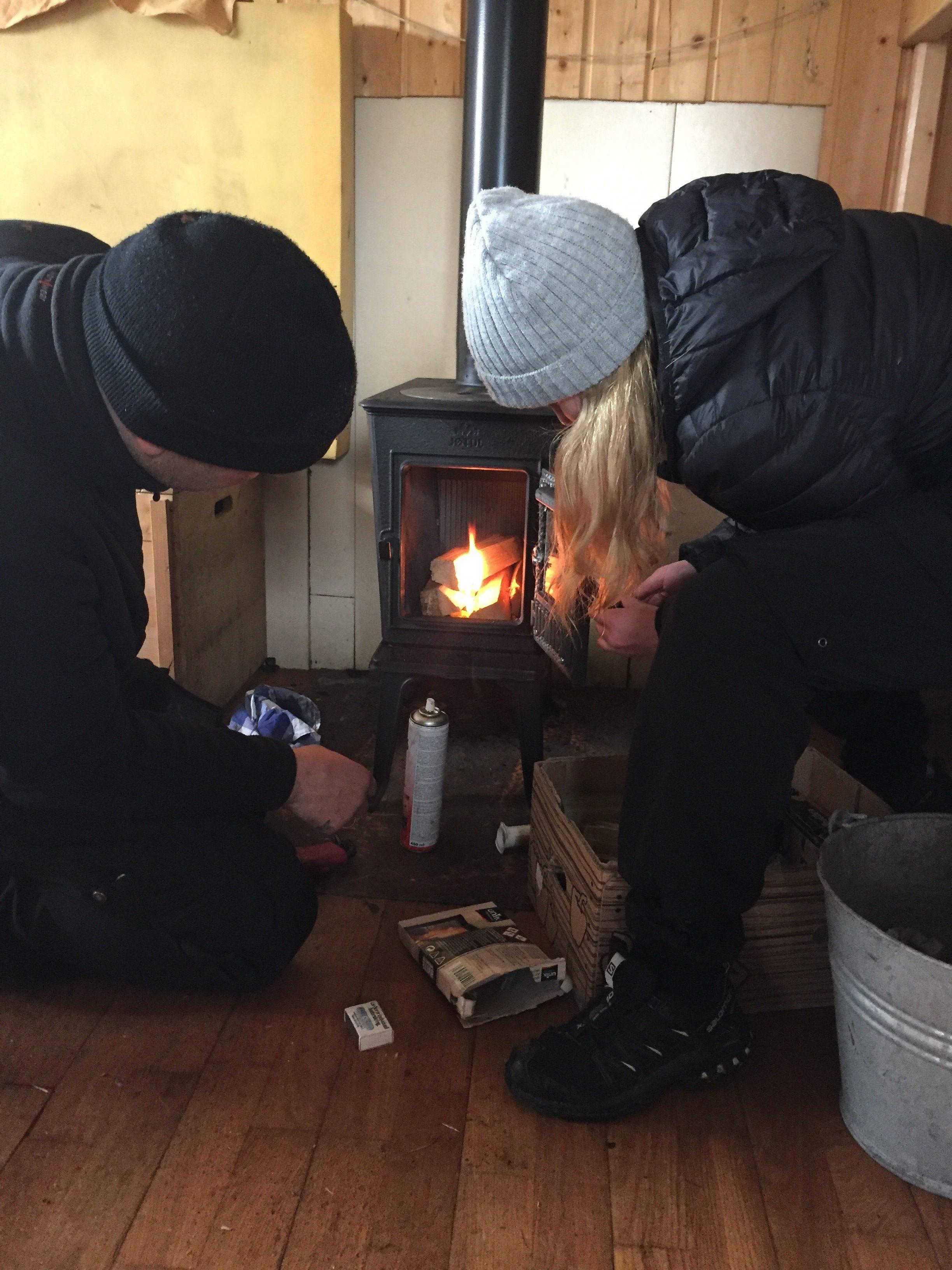 Ovnen testes ut og Kristine N.T. skrur ny knott på dørhåndtaket