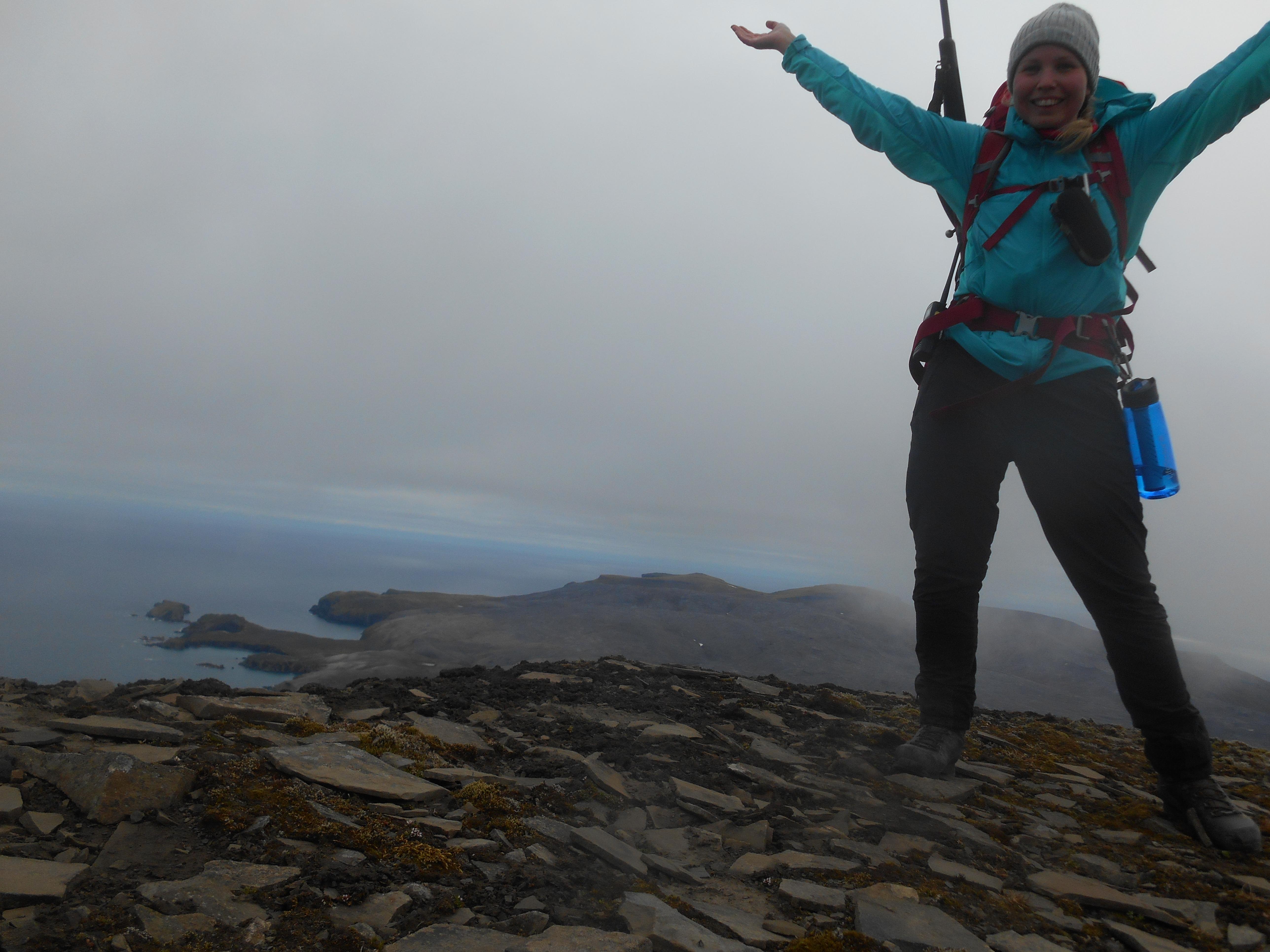 Fornøyd med å komme opp på Urd, høyeste fjellet på Bjørnøya