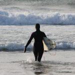 Kristine på vei ut i bølgene