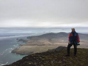 Jørn på toppen av Urd - 536moh - Bjørnøyas høyeste topp