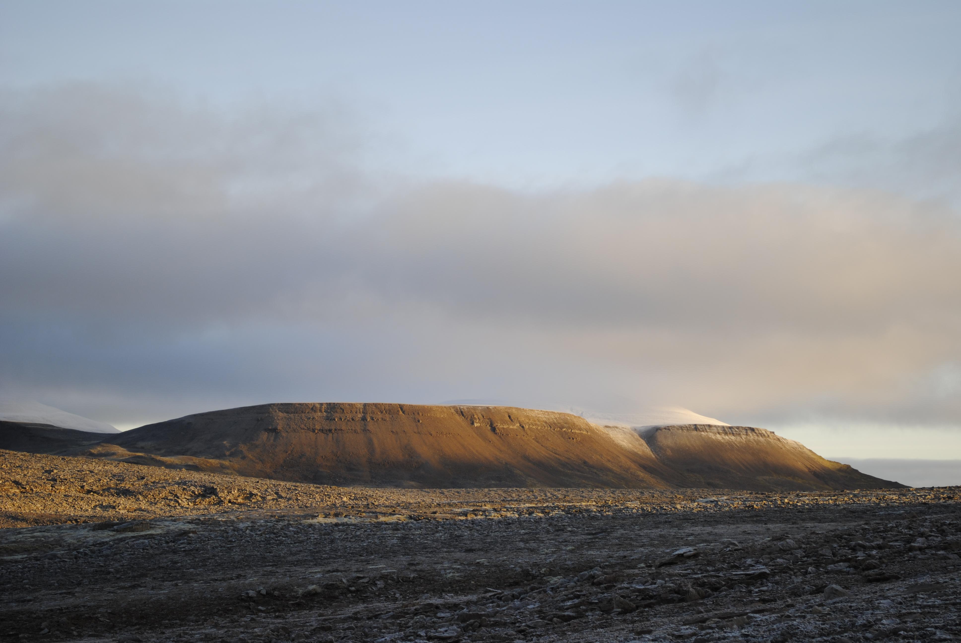 Utsikt fra midten av øya og mot Miseryfjella. Mye stein!