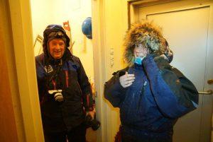Bjørn Ove og Susanne har funnet ly inne i Mitdpunkthytta.